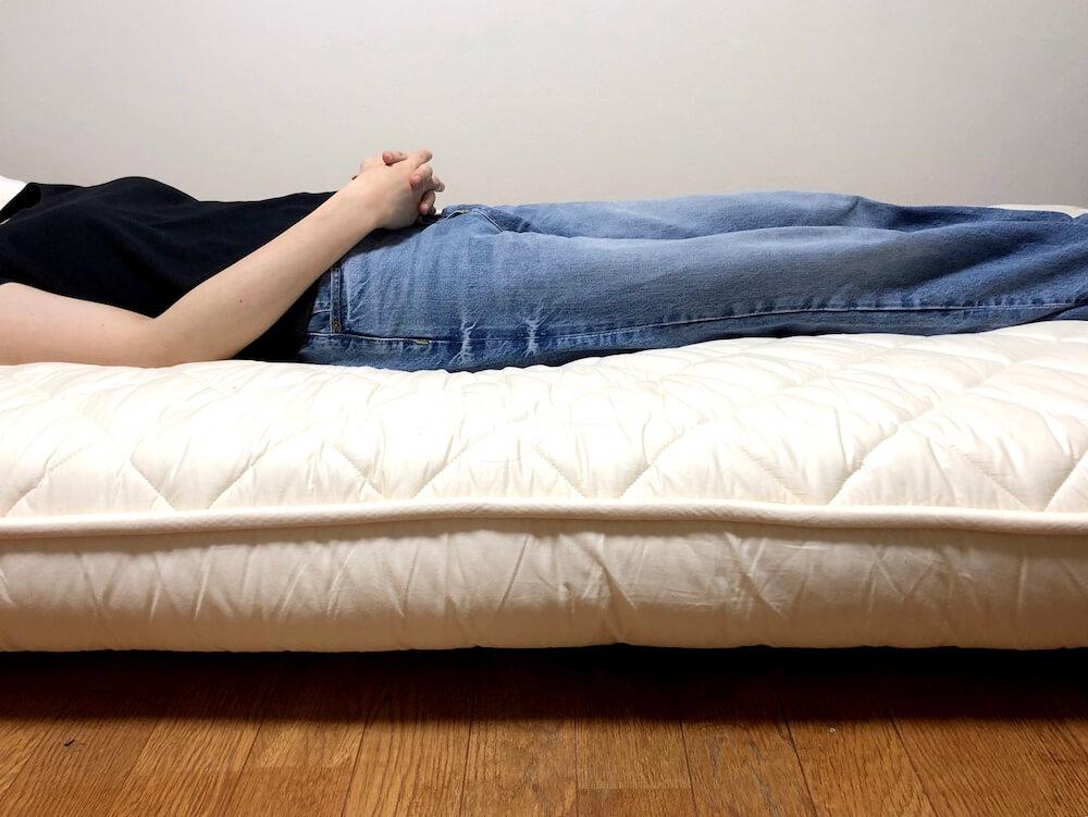 雲のやすらぎプレミアムに女性が仰向けに寝た様子